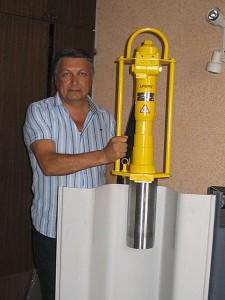 Демонстрация пневматического молота для монтажа свай
